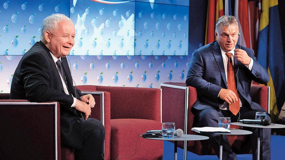"""Zatímco Jaroslaw Kaczyński řídí Polsko """"ze zadního sedadla"""", maďarský premiér Viktor Orbán se v popředí pevně drží volantu."""
