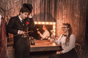 Zápisky protivného hosta: Jak se pije Chaplin? Bar, který neexistuje míchá divadelní drinky