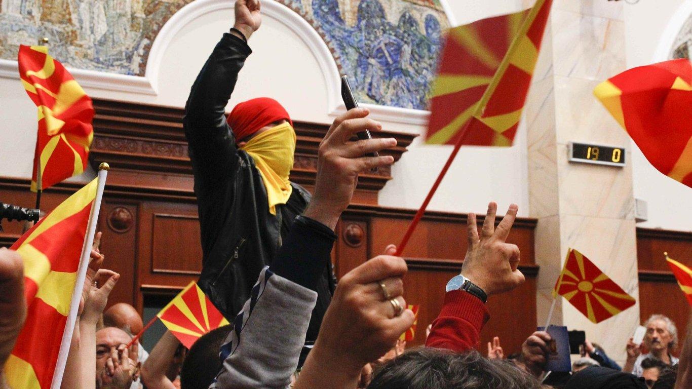Rozlícený dav v makedonském parlamentu.