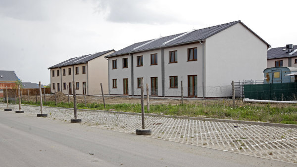 Domy jako byty. Řadové domy v Chýni v Praze-západ jsou právně byty. Ve dvojdomcích bydlí dvě rodiny a třeba přípojka na vodu je psaná jen na jednoho z majitelů.
