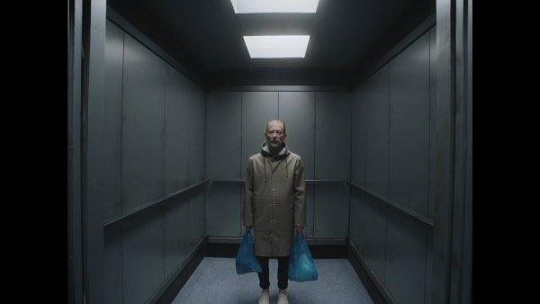 Snímek z videoklipu Radiohead.