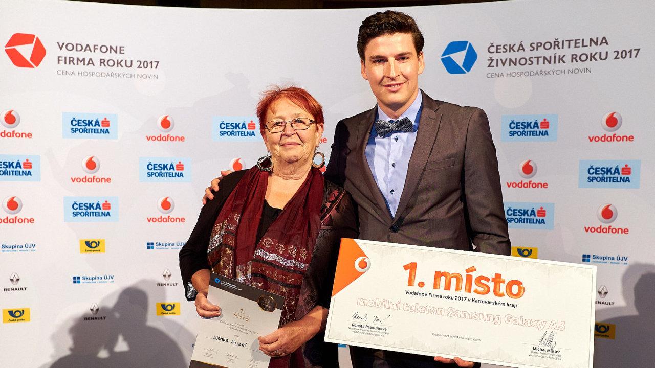 Ludmila Jílková, Česká spořitelna Živnostník roku 2017 Karlovarského kraje, a Petr Gasparik, jednatel společnosti Serafin-byliny, Vodafone Firmy roku 2017.