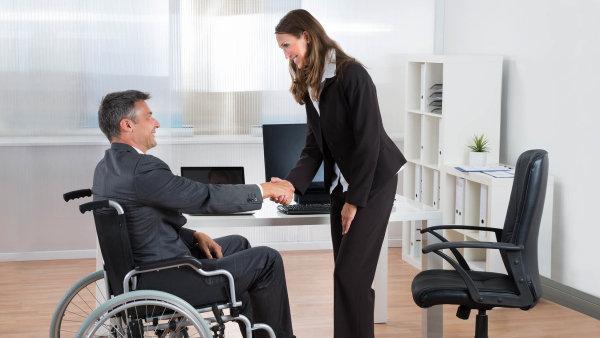 Kdo zaměstnává více než 25 lidí, má za povinnost dát práci také lidem se změněnou pracovní schopností, tedy OZP.