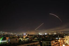 Úder proti Sýrii v obrazech: Syrské nebe křižovaly rakety a britské i francouzské stíhačky