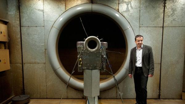 Šéf letecké divize PBS Roman Kolka s jedním z motorů své firmy v motorové zkušebně.
