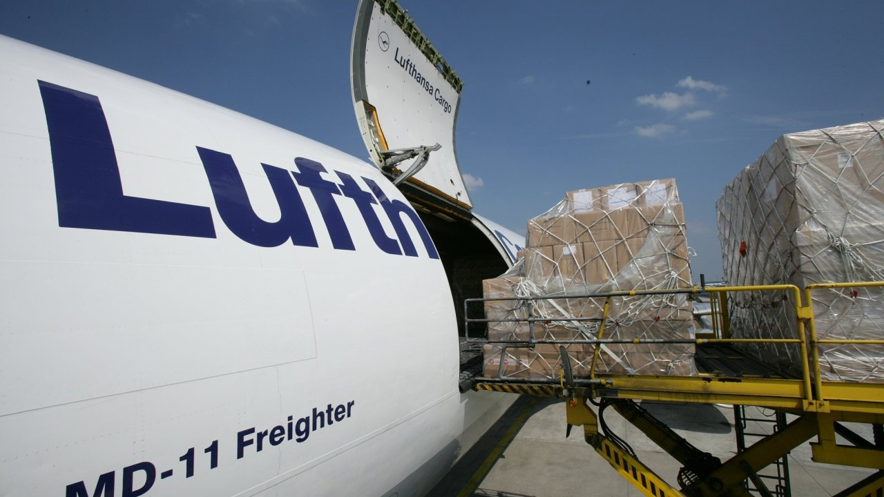 Nakládka letadla Lufthansa Cargo.
