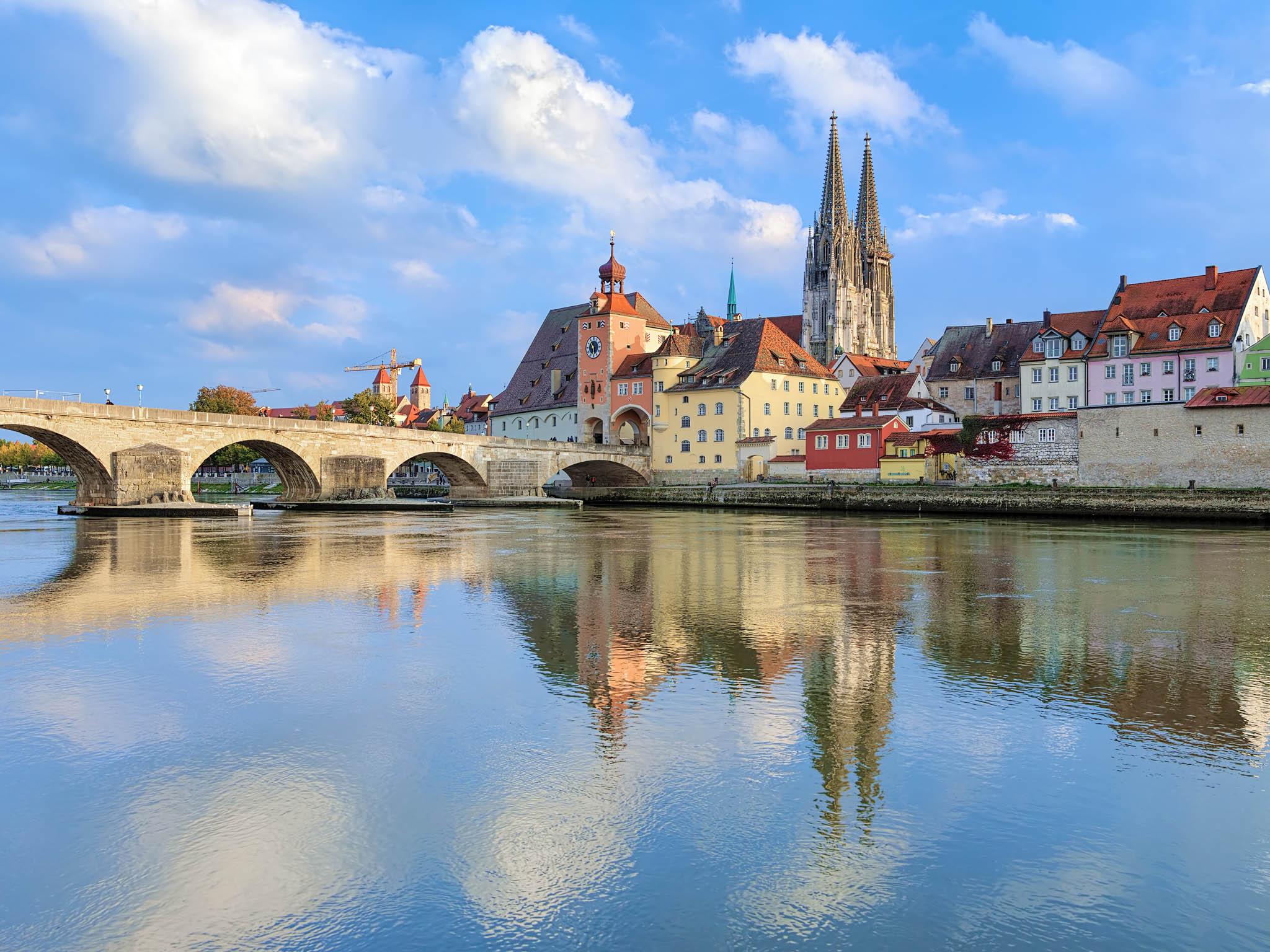 Tří- až čtyřdenní putování z Regensburgu (na fotce) do Pasova ocení hlavně rodiny s dětmi.