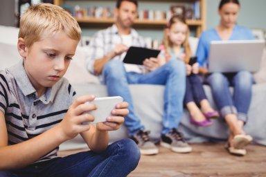 O aktivitách na internetu mluví s dětmi 16 procent českých rodičů. Důvodem horšího výsledku Česka může být i to, že se v ČR méně mluví o tom, co mohou dospělí dělat se špatným vlivem internetu.