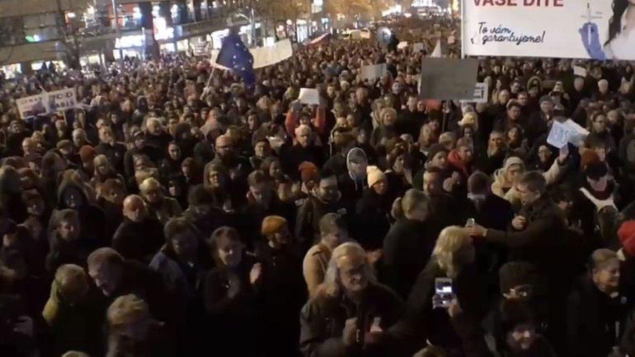 ŽIVĚ: Hanba! Demisi! Lidé v centru Prahy volají po demisi premiéra Andreje Babiše