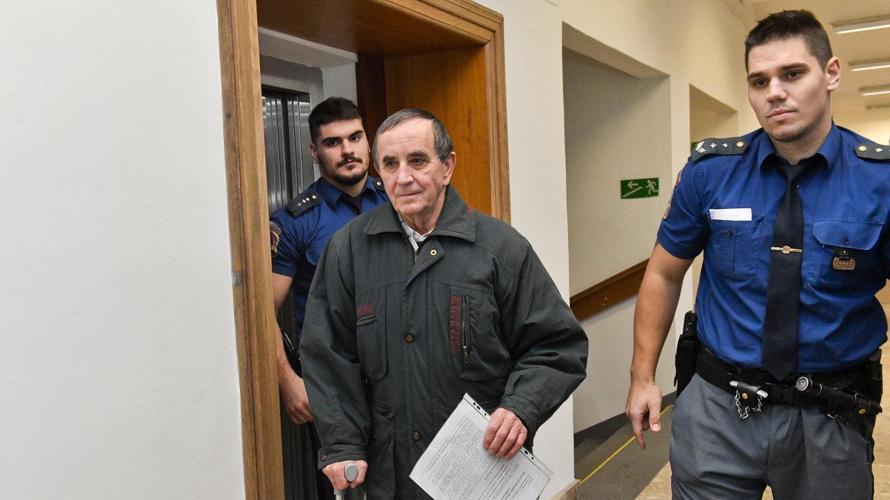 Jedenasedmdesátiletý Jaromír Balda se u soudu přiznal k pokácení dvou stromů na železniční tratě a ke způsobení nehod dvou vlaků.