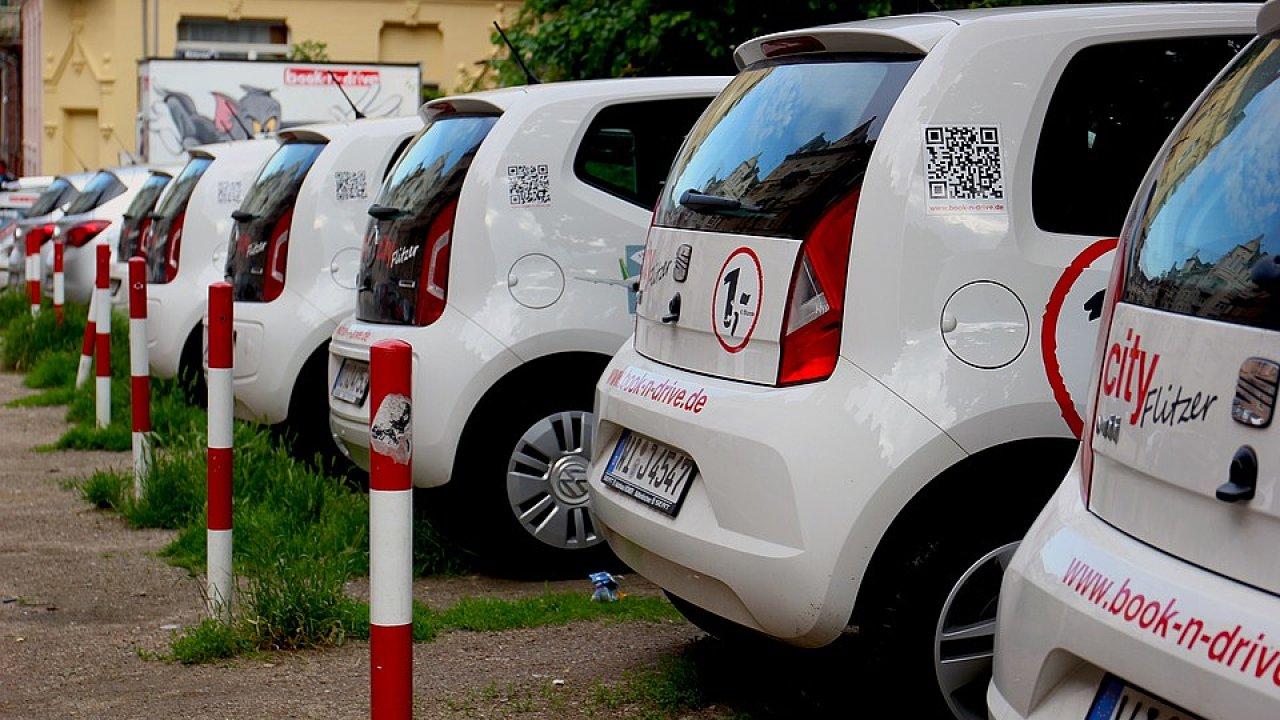 Sdílené vozy čekající na řidiče.