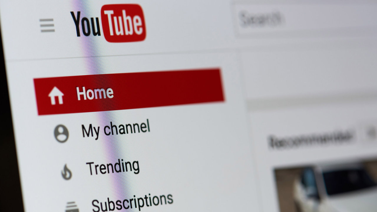 """YouTube diváky zásobuje odkazy na """"populární"""" videa, která ukazují polonahé děti, jak dělají rozštěpy nebo cucají nanuky."""