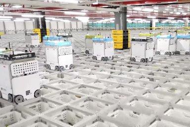 Roboti ve skladu Ocado v britském Andoveru.