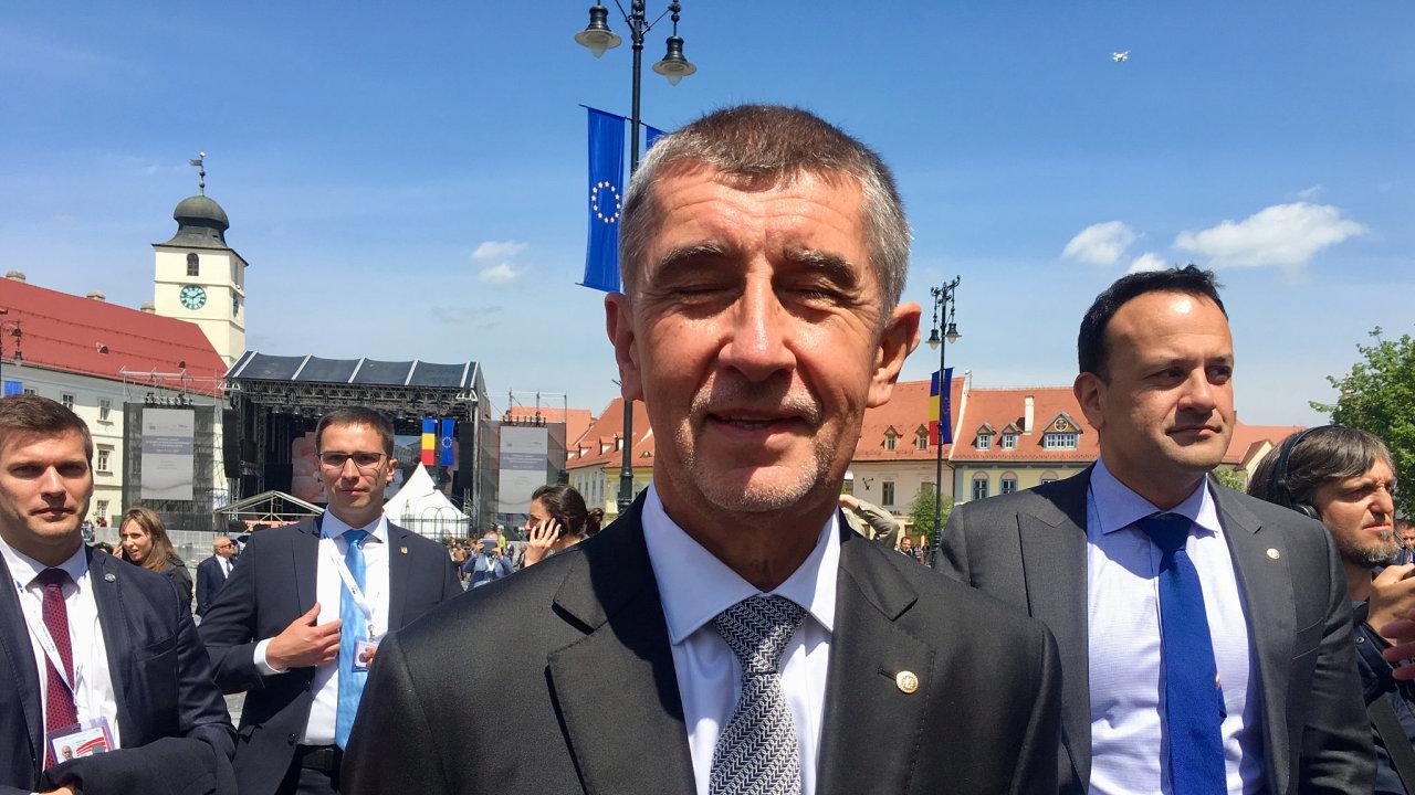 Český premiér Andrej Babiš a šéf irské vlády Leo Varadkar (vpravo) 9. května 2019 na náměstí rumunského Sibiu.