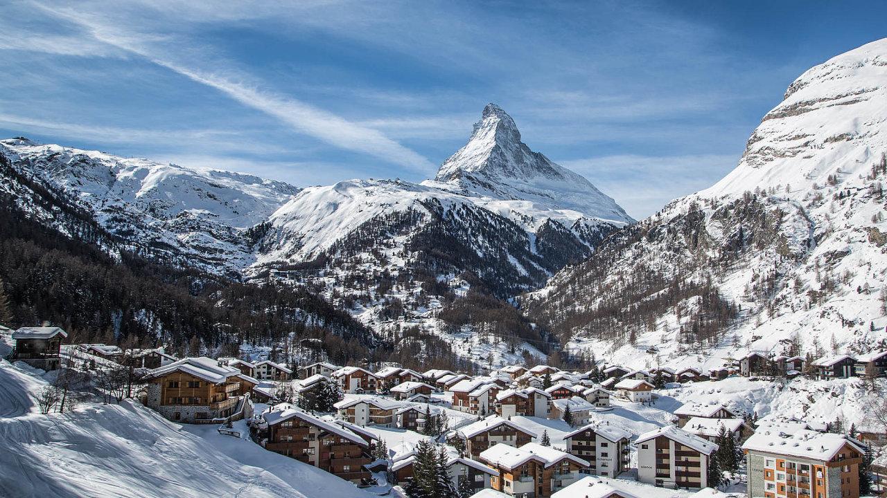 Horské středisko Zermatt, na pozadí Matterhorn, sedmá nejvyšší hora Alp (4478 metrů nad mořem).