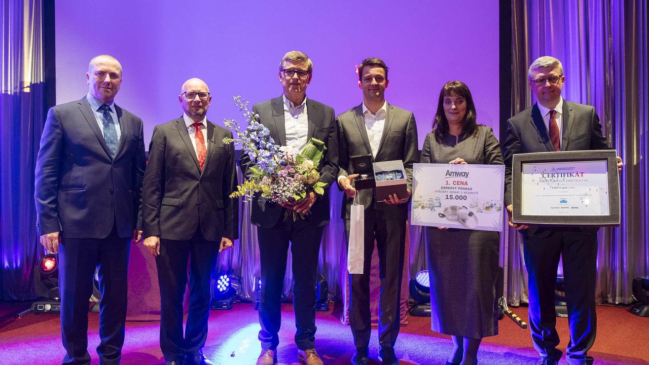 Zdeněk Jahoda (třetí zleva) přebírá roku 2017 cenu Podnikatel roku za známou potravinářskou rodinnou firmu Emco.