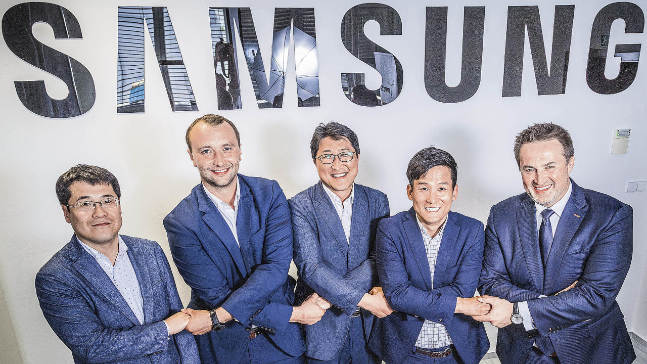 Akce zezúčastnili vrcholoví manažeři Samsungu Electronics (zleva) Lucas Shin, Jan Procházka, Jinwook Heo aBruce Cho aPetr Studnička, generální ředitel Conectartu (vpravo).