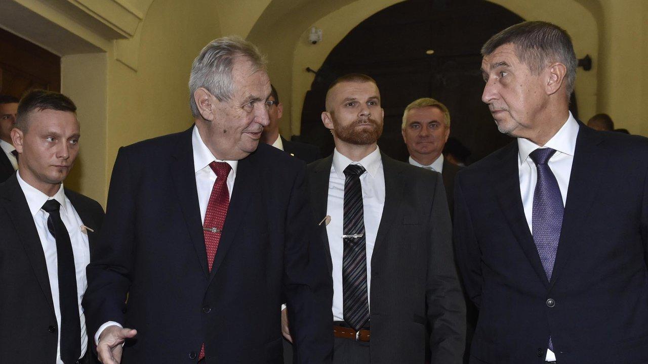 Žádná pomoc není zadarmo: Premiér byl po volbách izolovaný, Zeman mu ale sehnal podporu komunistů, anavíc mu slíbil jmenování premiérem. Babiš se proto do přímého sporu s prezidentem nehrne.