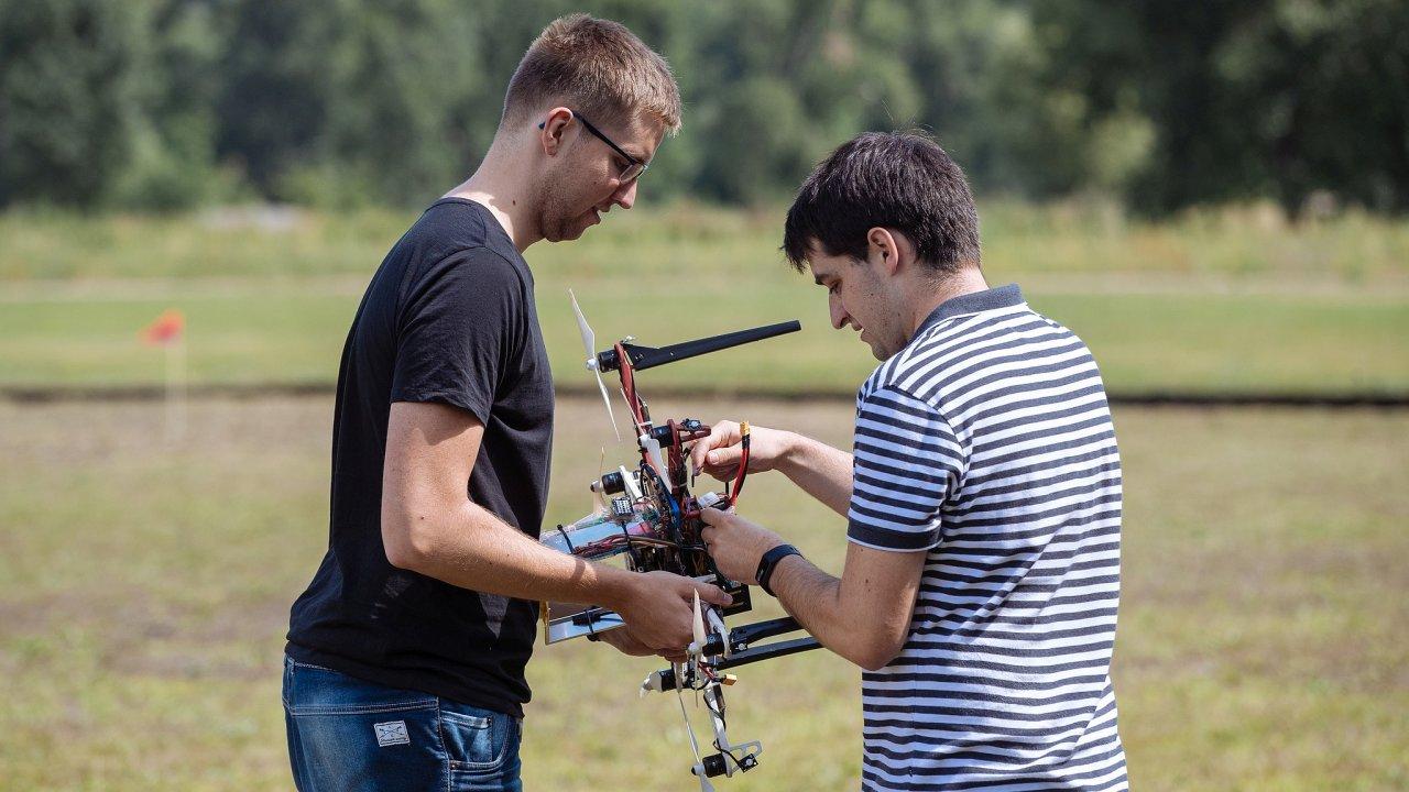 Šest let výzkumu: Vědci zFakulty elektrotechnické ČVUT naCísařském ostrově vPraze představili fungování roje autonomních dronů.