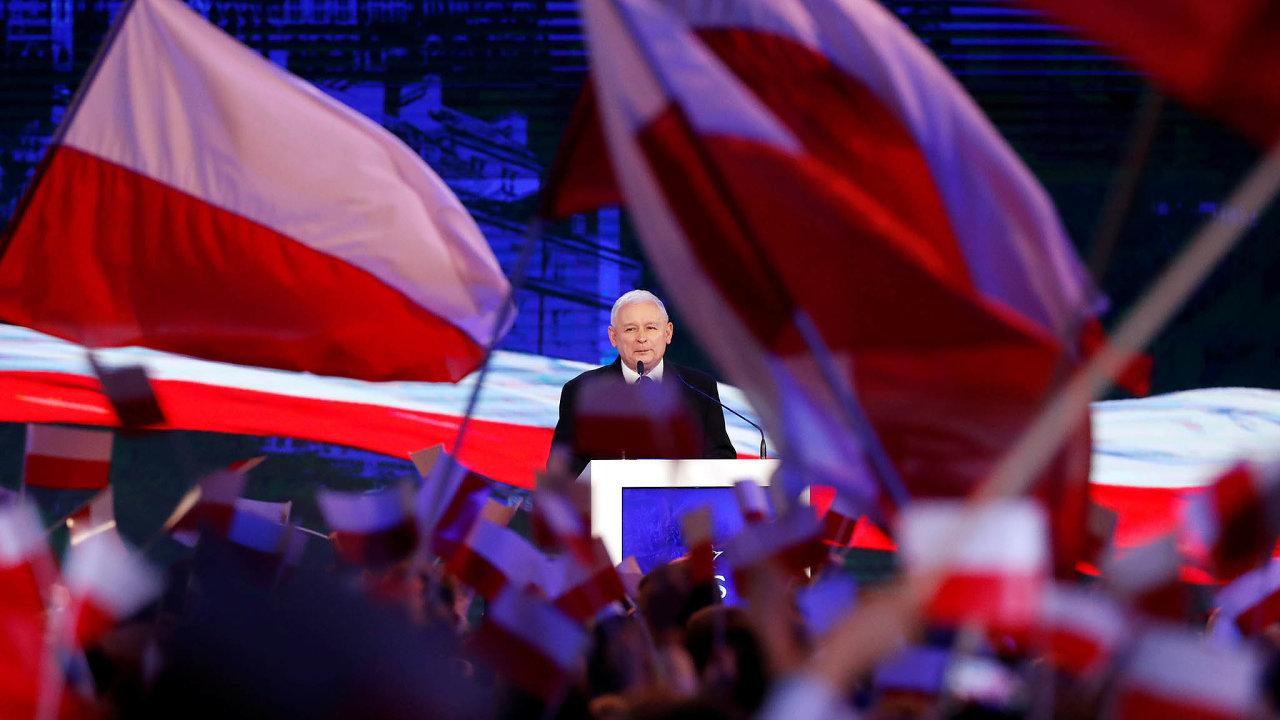 Průzkumy před říjnovými parlamentními volbami přisuzují polské vládní straně PiS včele sJaroslawem Kaczyńským podporu 46,6procenta hlasů.