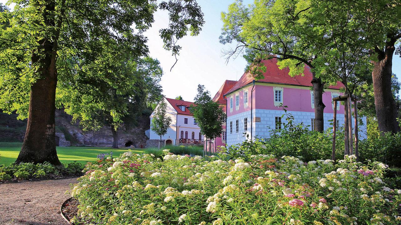 V areálu zámku Mitrowitz lze opékat i buřty.