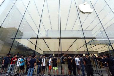 Americká technologická společnost Apple představí nové modely chytrých telefonů iPhone. Na ilustračním snímku z loňského září čekají na nové přístroje lidé v prodejně Applu v čínském městě Chang-čou.