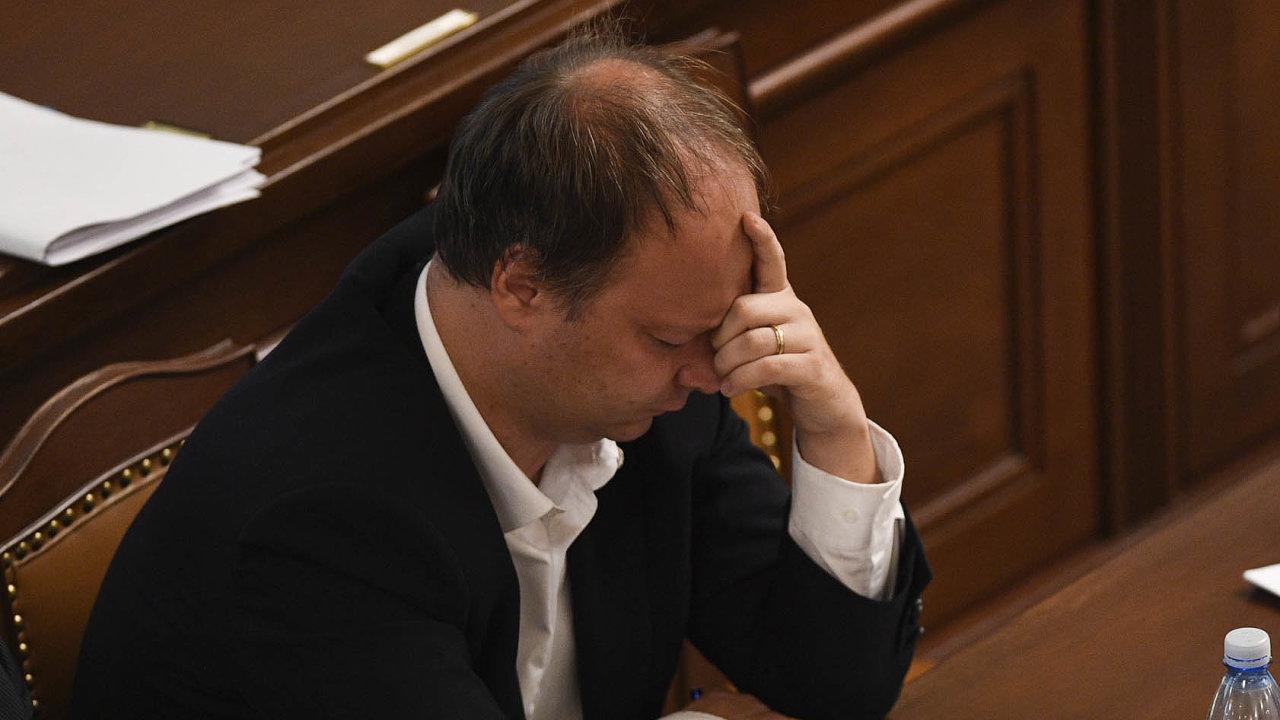Autor trpí. Předkladatel návrhu na ústavní žalobu proti prezidentovi senátor Václav Láska vyslechl od poslanců tolik zlých slov, až si musel podepřít hlavu.