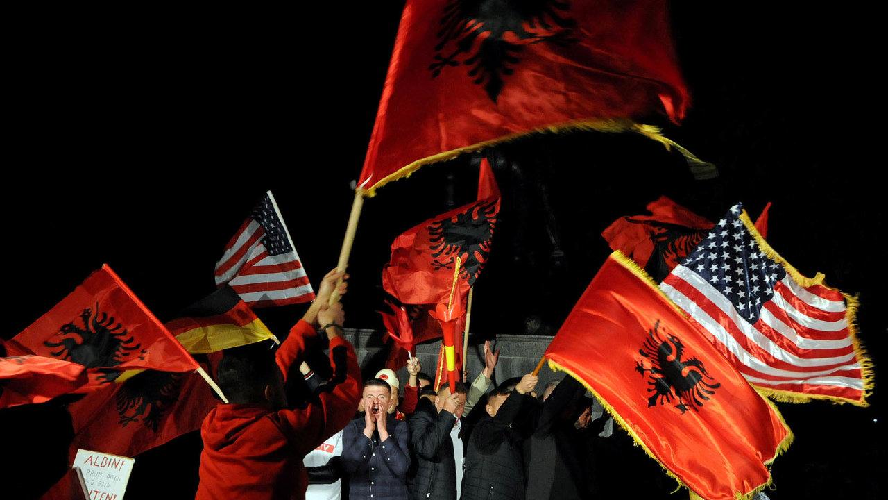 Opozice vyhrála. Příznivci kosovské opozice slavili vnoci napondělí volební vítězství. Dočela země poprvé nastoupí politici bez gerilové minulosti.