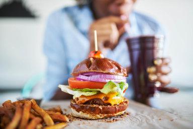 Veganům kvůli nedostatku vitamínu B12 hrozí chudokrevnost, snížený obsah červených krvinek, což vede knedostatečnému okysličování mozku. Projevuje se to únavou, dýchavičností nebo motáním hlavy.