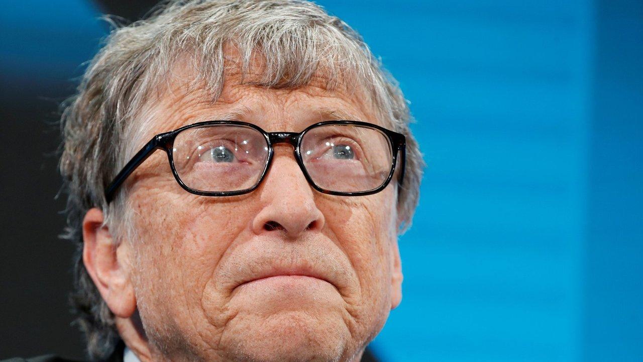 Největší ztráty utrpěli tři nejbohatší lidé světa - majitel Amazonu Jeff Bezos, spoluzakladatel Microsoftu Bill Gates a šéf luxusní skupiny LVMH Bernard Arnault.