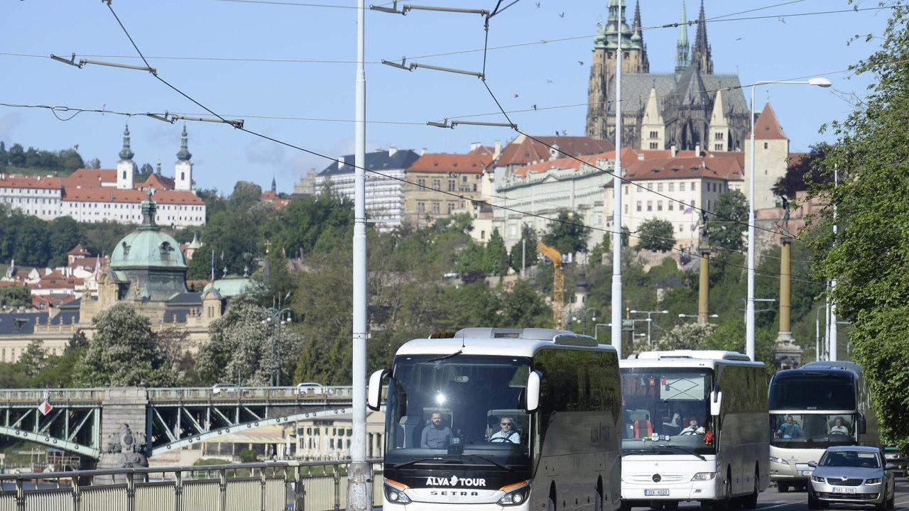Kolem 50 autobusů včera dopoledne demonstrativně projelo centrem Prahy.