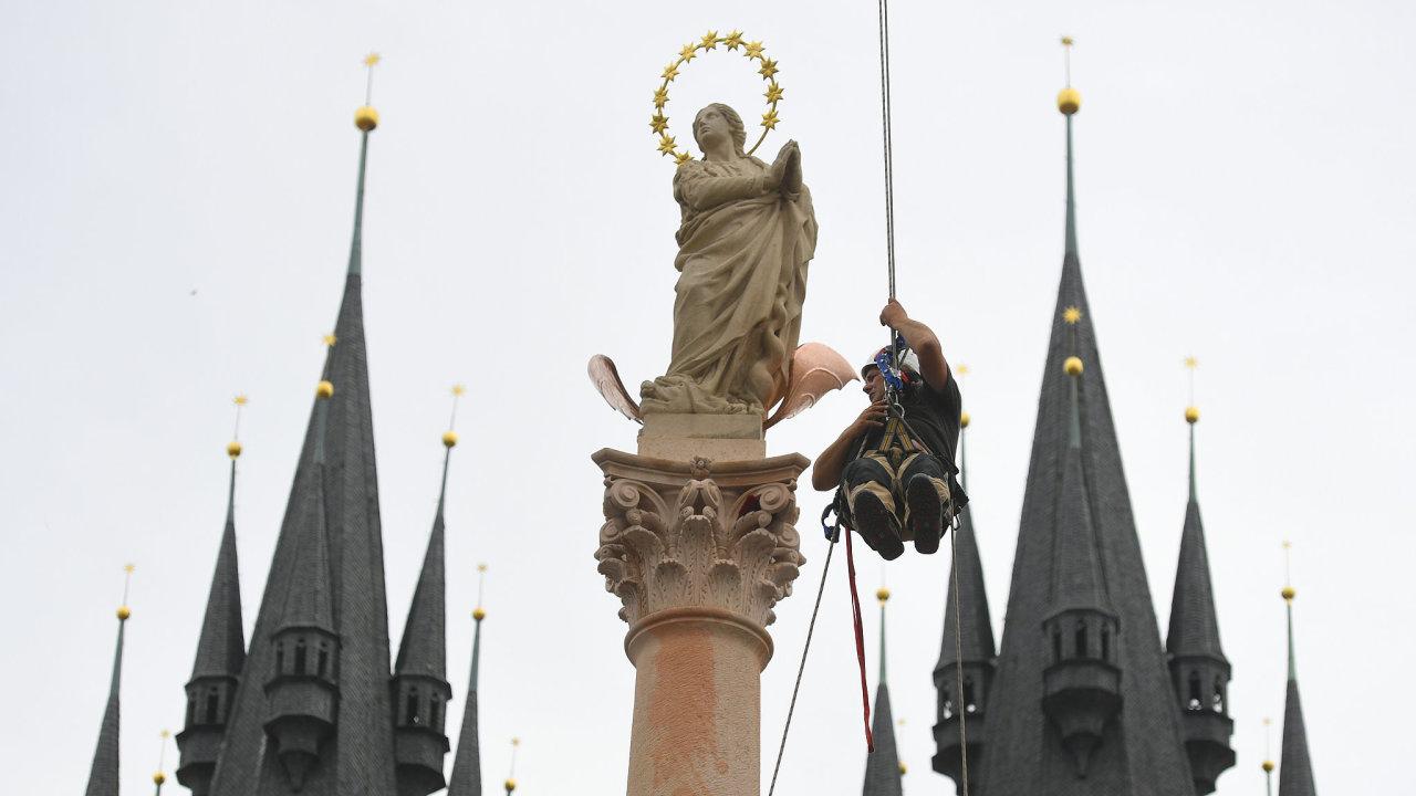 Mariánský sloup. Na vrcholu je socha Panny Marie.