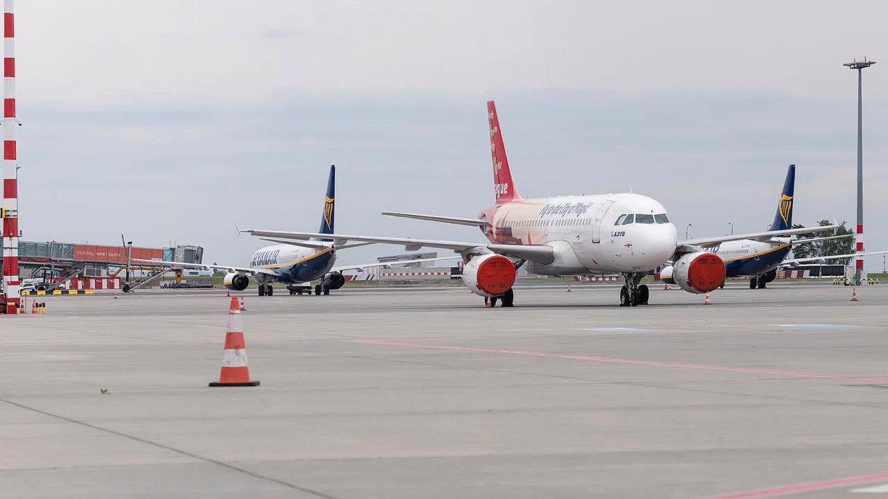 Ryanair útočí. Největší nízkonákladové aerolinie vEvropě přidaly linku z Prahy doKošic, kde jdou přímo proti ČSA. Nasnímku letouny ČSA aRyanairu napražském letišti.