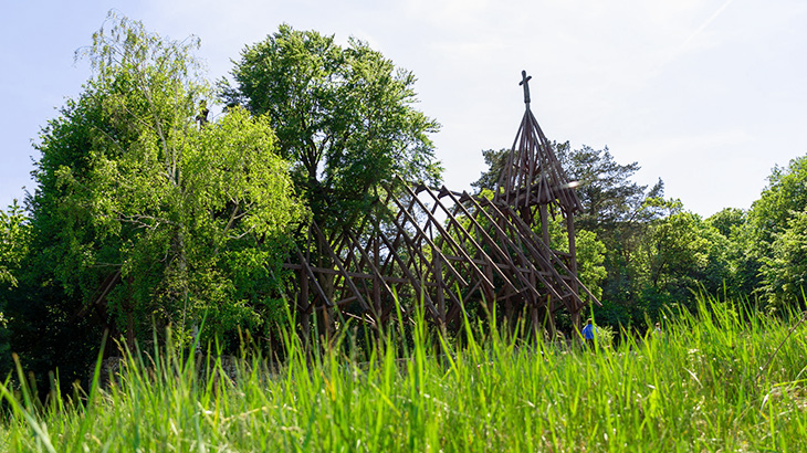Kostel u obce Debraď