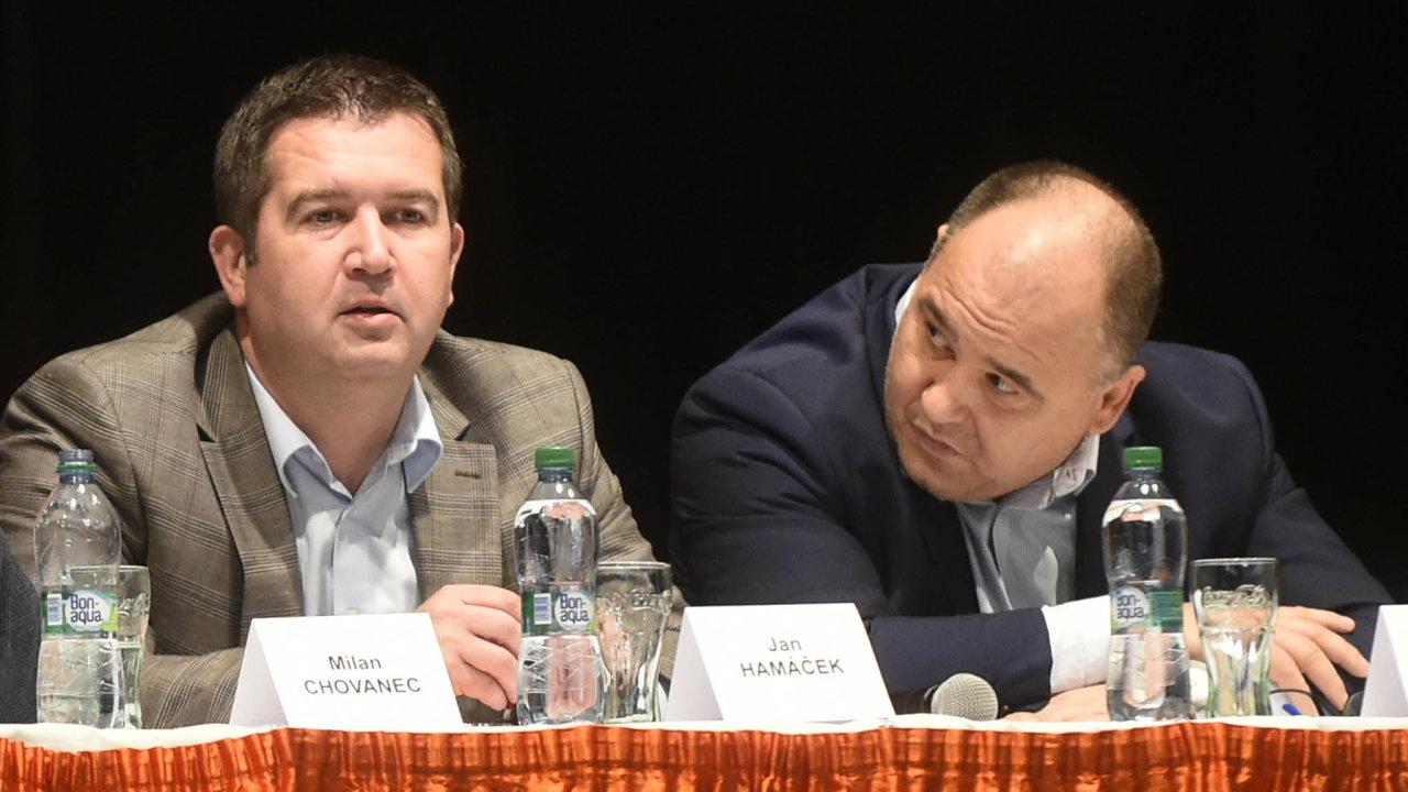 Poslanec Jan Birke z ČSSD (vpravo, sedící vedle stranického předsedy Jana Hamáčka) chce do výstavby bytů zapojit také obce. Jeho návrh zákona ale narazil u koaličního partnera, tedy hnutí ANO.