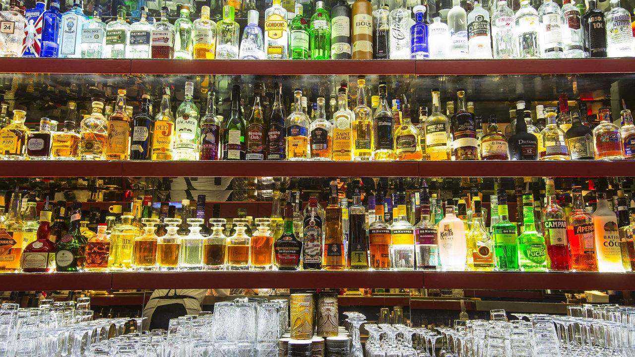Když se vpolovině března uzavřely bary a restaurace, vypadla výrobcům a dovozcům lihovin polovina tržeb, která pochází právě ztohoto sektoru (ilustrační foto z pražského Bugsy's baru).