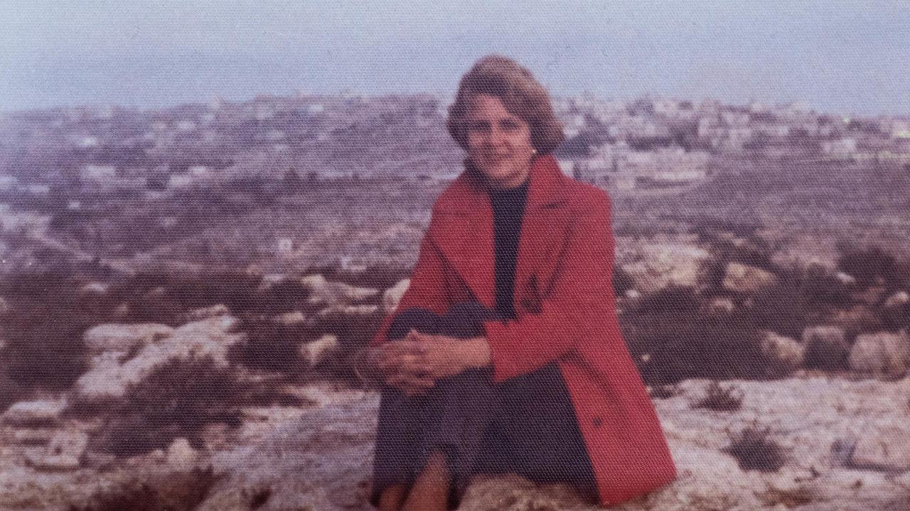 Paní Sofie (nasnímku z90. let) se posňatku spalestinským lékařem přestěhovala vroce 1964 dojeho vyprahlé anásilím zkoušené země. Popočátečním šoku tam zůstala aprožila většinu života.