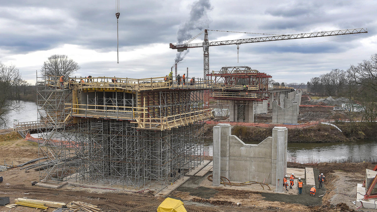 Boj odálnice. Nový stavební zákon by měl mimo jiné urychlit povolovací proces nastavbu dálnic, který dnes trvá řadu let.