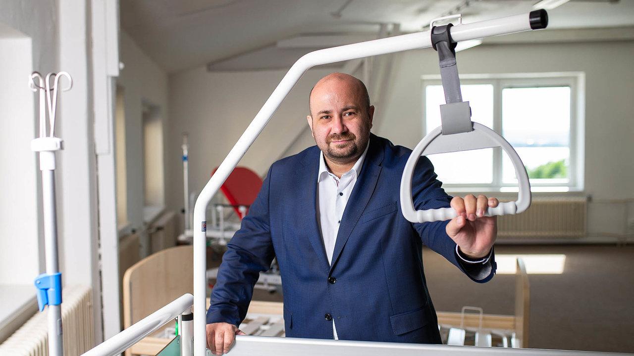 Kromě známějšího avětšího Linetu je dalším úspěšným výrobcem nemocničních lůžek v Česku rodinná firma Proma Reha zČeské Skalice podnikatele Radka Jakubského.