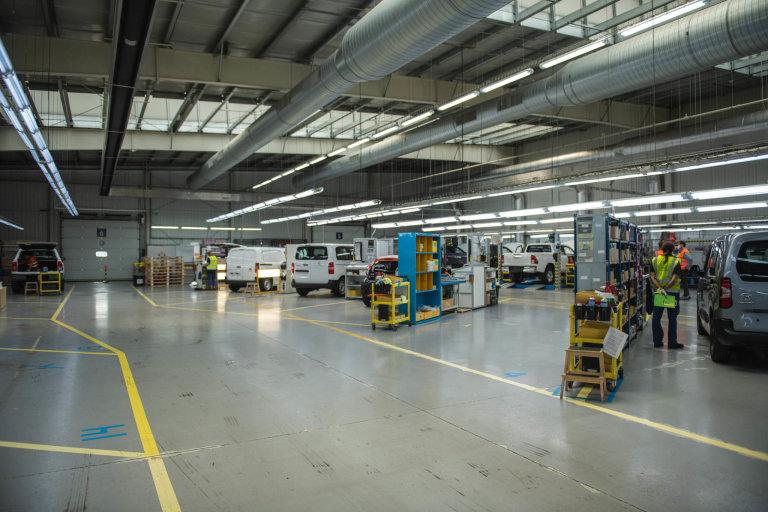 Tady probíhají postprodukční úpravy vozů, které Gefco v Česku distribuuje.