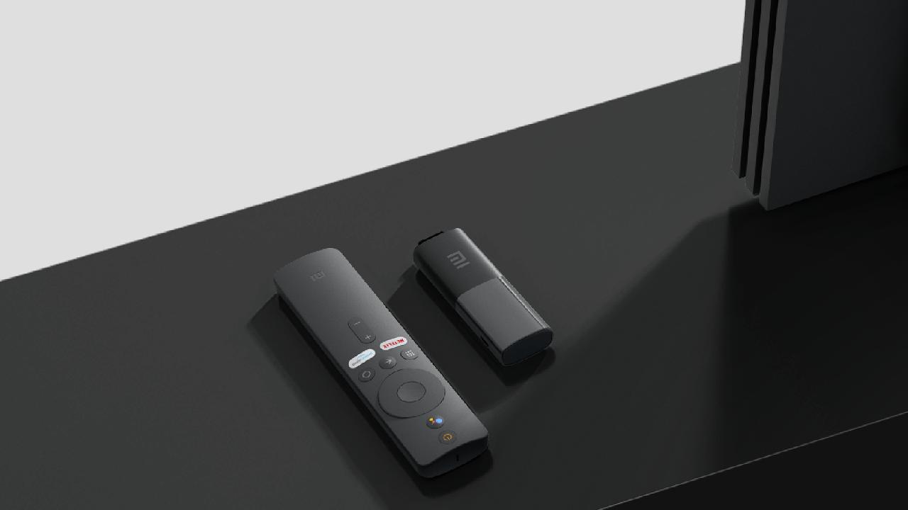 Přístroj připomínající flashku se ovládá jednoduchou bluetoothovou dálkou, vbalení je i USB kabel kjeho napájení (ivelmi levné televize často disponují USB konektorem, který to umožní).