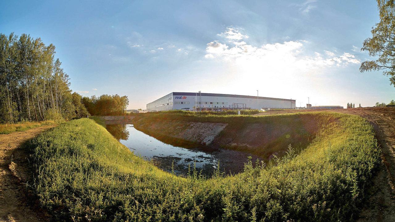 Šetrná hala vChebu oddevelopera Panattoni pro německého on-line prodejce Real Digital. Budova šetří energii zavyužití celé řady zelených technologií, vyniká vhospodaření svodou.