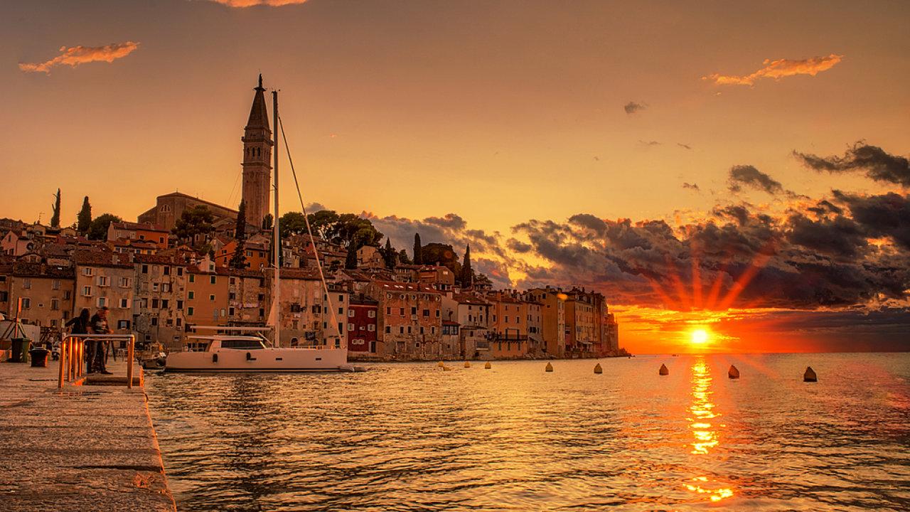 Koho by nelákalo sledovat paprsky slunce nad mořem...