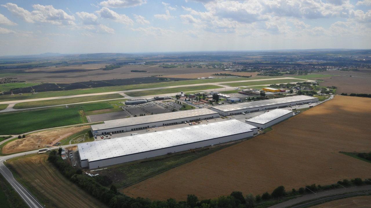 Hala společnosti Accolade u brněnského letiště, v níž bude mít továrnu firma šestého nejbohatšího muže světa.