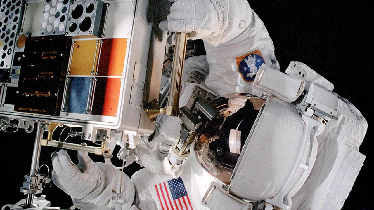 NASA se při technologickém výzkumu zaměřuje především nahledání nových typů kompozitních materiálů. Nasnímku je blok smateriálovými vzorky naMezinárodní vesmírné stanici (ISS).
