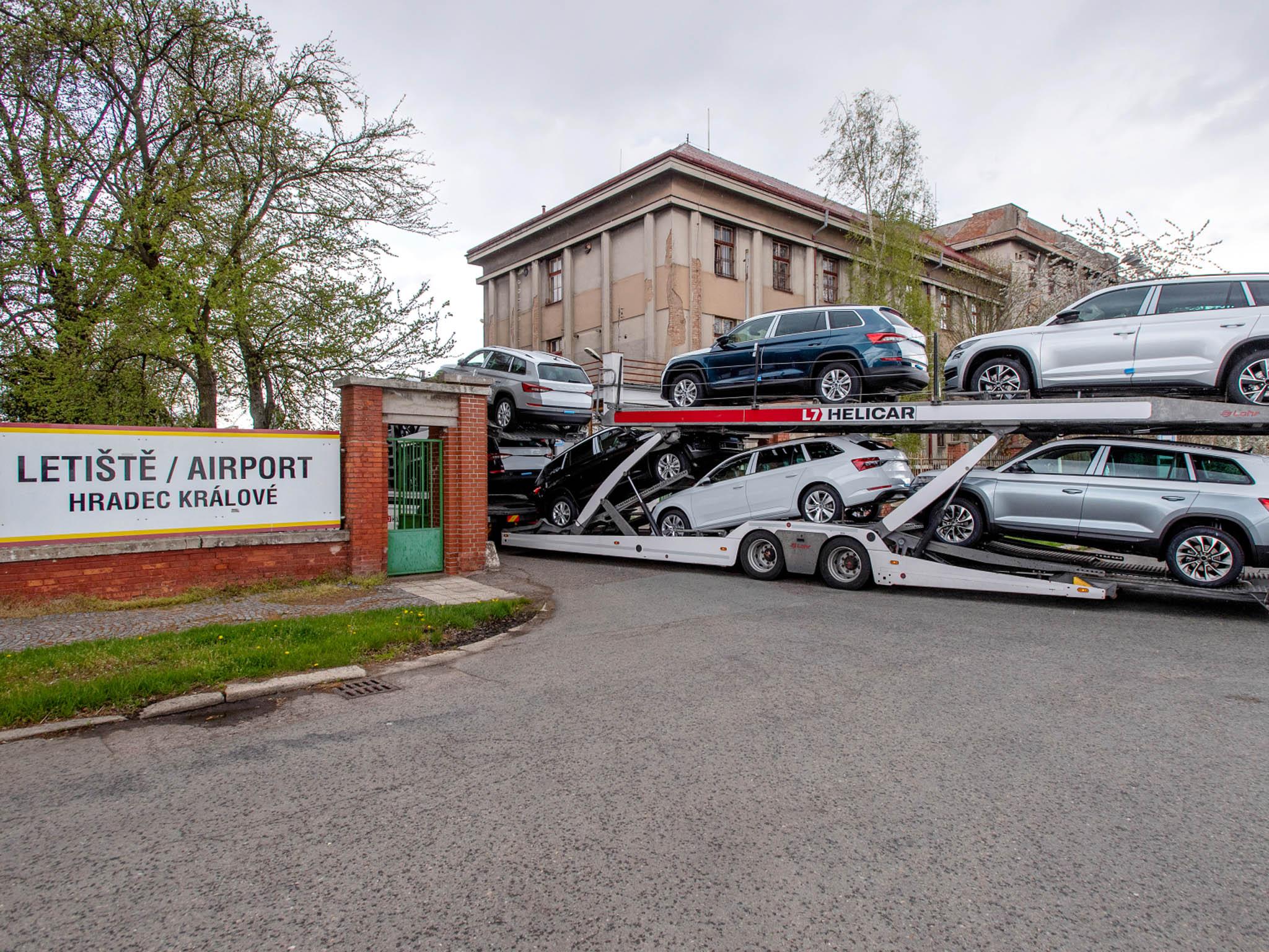 Celému koncernu Volkswagenchybí čipy. Automobilka Škoda Auto kuskladnění nedokončených vozů využila letiště vHradci Králové. Zde budou čekat ažzásilka polovodičů dorazí.