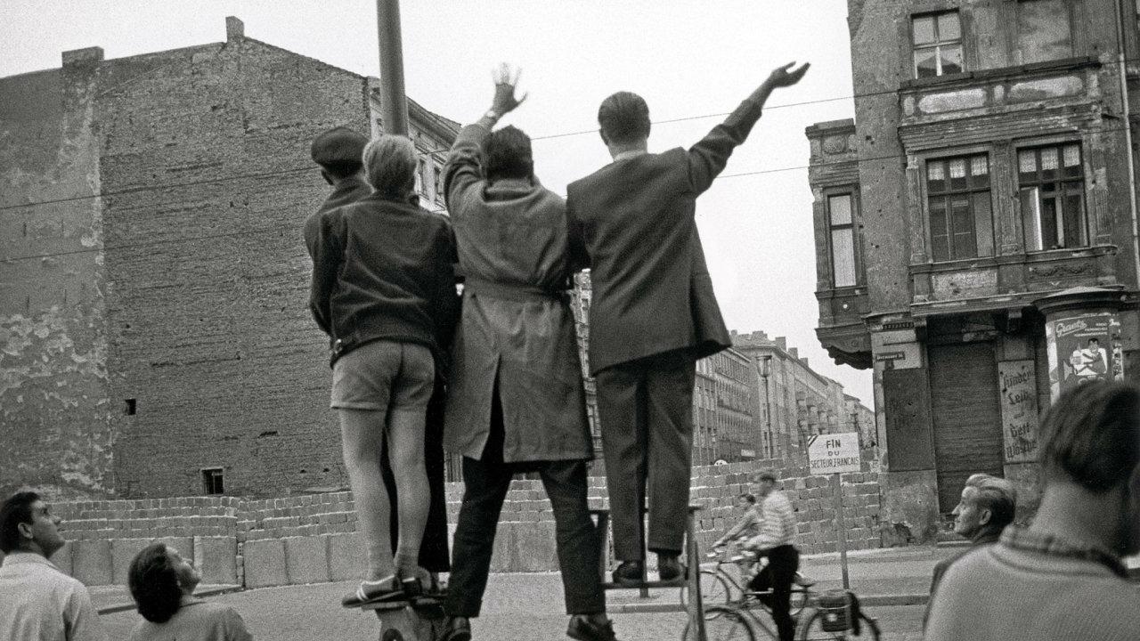Tak aspoň zamáváme... Berlínská zeď rozdělila svět, přátelé, rodiny. A řada lidí udělala cokoliv, aby ji překonala.