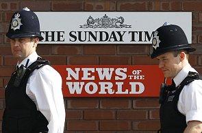 Policisté před redakcí listu z Murdochova vydavatelství