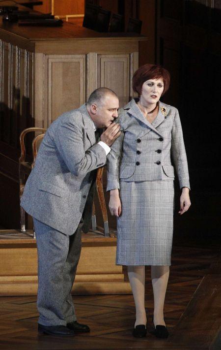 Angela Denoke a Raymond Very v salcburském uvedení Věci Makropulos / Reuters
