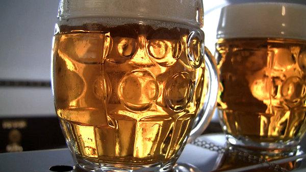 Podívejte se, jak se chová pivo v čistém a ve špinavém půllitru.